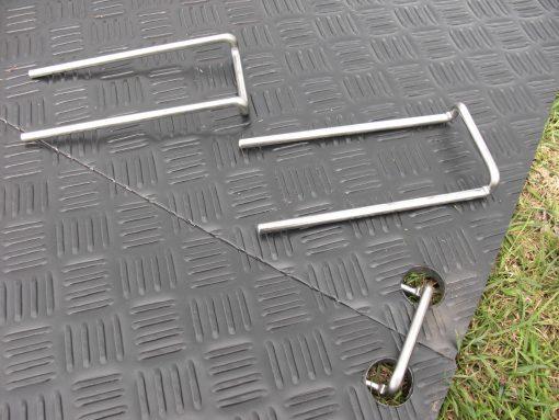 Låsepinner til å koble sammen kjøreplater